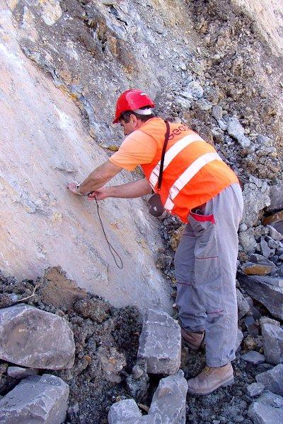Měření sklonu puklin geologem na Dole Bílina